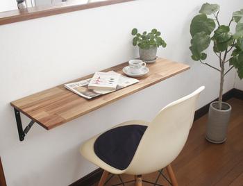 壁に取り付けますが、使っていない時には折り畳んでおけるカウンターテーブル。カフェタイムを楽しむ時はもちろん、ちょっとお仕事なんて時にも活躍してくれます。出来れば、日当たりが良い場所に取り付けられると良いですね。