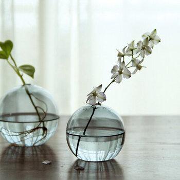 ちょっとだけ非日常を演出したいおうちカフェを演出するのにおすすめなのが、テーブルの上に飾るお花。せっかくならお気に入りのベースがあるとより楽しめそうですね。ハルトのフラワーベースは、ガラスならではの繊細な印象と、お花一輪を素敵に見せてくれるフォルムが魅力。中に入っているお水も、光があたると透き通ってとってもきれいなんですよ♡