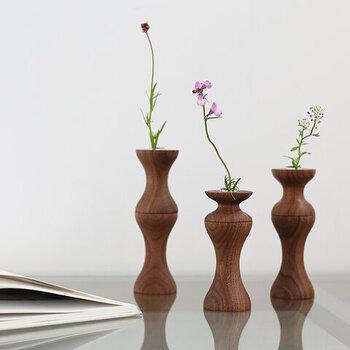 ナチュラルな印象がお好きな方には、こんな木製のベースがおすすめ。木製ならではのこの曲線が、見ているだけで癒されそうですね。すっきりとした印象で、比較的背の高いお花も一輪で楽しみやすいベースです。