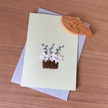 バスケットに咲く可憐なお花のメッセージカード。つるや葉っぱは紙刺繍で、バスケットはリボンを縫っています。異素材の組み合わせが新鮮です。