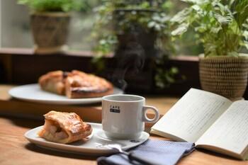 おうちカフェは、おうちの一角を少しアレンジしてカフェの様なスペースを作って楽しむこと。特に○○をしなければならないと言う決まりはないので、自分好みに自由な発想で楽しめればOKです。カフェと一言で言っても色々なスタイルがあるので、お好きなカフェの雰囲気を真似してみると空間をイメージしやすいと思います。