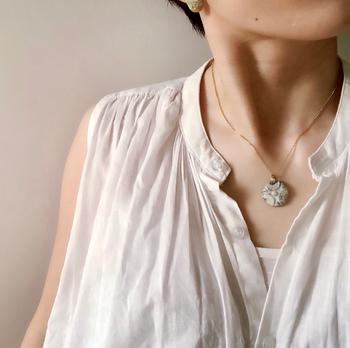 アンティークボタンのような、独特な雰囲気のあるネックレス。やや大ぶりな作りなので、陶器の存在感を十分に楽しめます。Tシャツやブラウス、ニットと合わせるのがおすすめだそうです。デコルテの開いた服と合わせてみてはいかがでしょう。