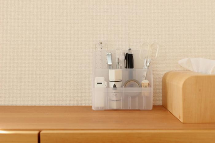 ボールペンやハサミ、のりなど普段使いの文具は透明のスタンドに立てて、頻繁に使う場所に置いておくと便利です。こちらはセリアのペンスタンド。手前の段の高さは低くなっているので、印鑑や消しゴムなど小さいアイテム入れても埋もれません。出しっぱなしでもすっきり見えるポイントは、色味を揃えること。クリアやホワイト、ブラックなど、モノトーンカラーかつシンプルなデザインを選べば、インテリアに馴染みます。