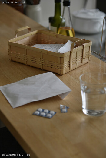 病院で処方される薬。毎回片付けるのが億劫で、テーブルに出しっぱなしにしている人も多いはず。お気に入りのカゴを使えば、すっきりとした印象に仕上がります。袋のままざっくり入れるだけなので、とても簡単。出し入れしやすいよう、一回り大きいサイズのバスケットを選ぶのがポイントです。