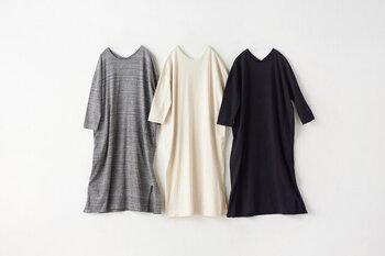 生地に負担をかけないように裁断や縫製に工夫がある「yohaku(ヨハク)」のTUTUワンピース。前後を変えて着ることができるので、サークルネックとVネックのどちらかを気分に合わせて選べます。左右両サイドはスリット入り。重ね着で着回しを楽しんで。