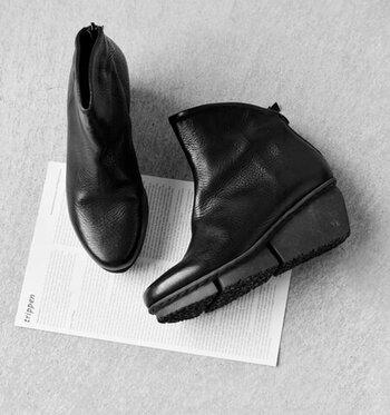 厚みがありメンズライクな雰囲気のあるカーフレザーを使用したこちらはドイツを代表する靴メーカーtrippen(トリッペン)のもの。インパクトのあるウエッジソールがコーディネートにアクセントを添えてくれそう。上質で流行に左右されない個性があり、長く大切に履いていきたいという方におすすめです。