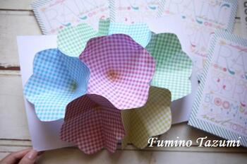 カードを開くと大きな花が飛び出してくるカード。折り紙を折ってカットしたものを複数用意して、花同士を貼り合わせていくという作り方。折り紙とA4サイズの紙だけでできるメッセージカードなので、オール100均アイテムなのでコスパも◎折り紙の柄でまた違った雰囲気になります。