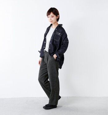 ワイドシルエットのデニムシャツに、ブラックデニムを合わせたデニムオンデニムスタイル。シンプルなトップスをインナーに合わせることで、メンズライクなカジュアルスタイルに仕上げています。
