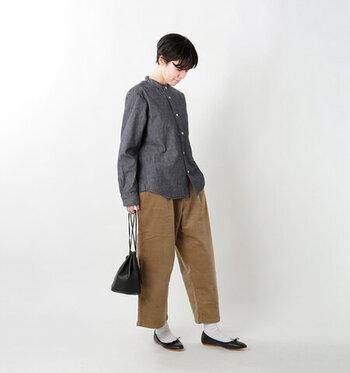 スタンドカラーのデニムシャツは、カジュアルな中にきちんと感を演出してくれるアイテム。ブラウンのワイドパンツを合わせて、ナチュラルコーデにまとめています。足元は白靴下に黒パンプスで、ちょっぴりガーリーな要素をプラス。