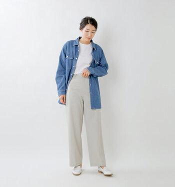 明るめブルーノデニムシャツは、白トップス×同系色のワイドパンツで爽やかな印象に。足元も白シューズで揃えて、デニムシャツを軽やかに着こなしています。長め丈のデニムシャツは、サッと羽織るだけで体型カバーにも◎