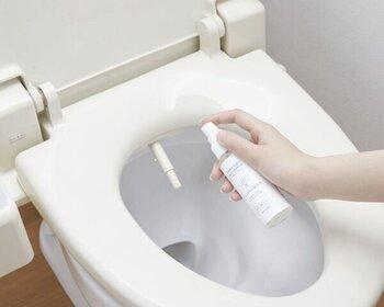 タンク同様に掃除がしにくい、トイレノズル。こちらも専用の洗浄剤を使用すれば、簡単にお掃除ができるんです。使い方はノズルにスプレーを吹きかけ、泡が落ちるまで放置するだけ。便座の除菌スプレーとしても使用できるので、持ち歩きにもおすすめです。