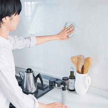 箱からサッと取り出して、キッチンペーパー感覚で気軽に使えるこちらのふきん。使ったあとは濡らしてしぼることもできるので、毎日一枚の使用でキッチンやダイニング周りのお掃除に大活躍してくれます。