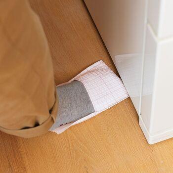 ずぼらさんにぴったりなお掃除道具が、こちらの足先スリッパワイパーです。足にはめて気になる汚れをふきふきすれば、面倒な雑巾がけの頻度を減らすことができます。冷蔵庫の下など掃除機が入りにくいところにも、サッと足を滑り込ませればお掃除が完了。