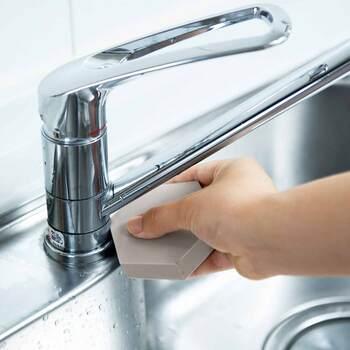シンクに溜まった水垢やカビ汚れは、できてしまうとお掃除がとっても大変ですよね。だからこそ、日ごろからサッとお手入れできる仕組み作りが重要なんです。残った水滴をしっかり吸水できるこのスポンジがあれば、毎日のちょこっと掃除で頑固な汚れを作らずに済みます。