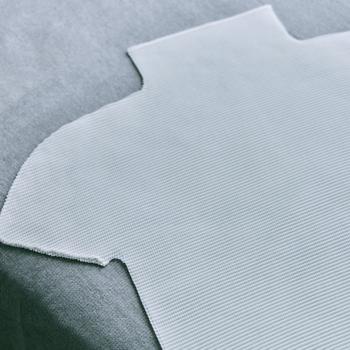 縦横に細かいプリーツを施し全方向に伸縮する「STRETCH PLEATS(ストレッチ プリーツ)」は、誰もが快適に着られる日常着として開発された定番シリーズです。縫製してからプリーツをかける「製品プリーツ」技術を用いており、計算し尽くされた製造過程により美しいシルエットが生み出されています。今季からは再生ポリエステル繊維を100%使用。また、くるっとまとめてもシワが付かず、洗濯してすぐ乾くのも大きな特長。持ち運びに便利なので、旅先や出張でも重宝されているアイテムです。