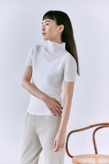 クリーンな印象のホワイトカラーの半袖シャツに、アイボリーのパンツを合わせたワントーンコーデ。シンプルでリラックスしたスタイリングながらも、存在感のあるトップスがきちんと感をプラスしてくれます。