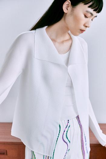 さらっとした肌触りで、通年使えるカーディガン。インナー問わずさっと羽織れるのも、ストレッチプリーツならでは。大きく開いた襟元が、コーデにアクセントを与えてくれます。今の時季なら、シンプルなTシャツに羽織っても◎