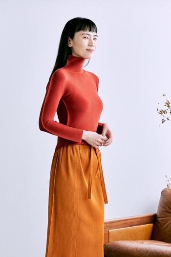 紅葉した葉っぱのような鮮やかなテラコッタのハイネック長袖シャツ。こっくりした秋カラーは、一枚でさらっと着てもコーデの主役になってくれます。ニットやカーディガンのインナーに、アクセントカラーとしても活躍しそう。