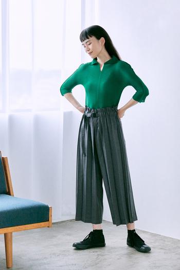 深みのあるグリーンの襟付き七分袖カットソーは、青山店限定のスペシャルシリーズ。好相性なグレーのパンツと合わせて、洗練されたカラーコーデを楽しんで。襟は寝かせたり、立ててハイネックにしたりとその日の気分で印象を変えられます。