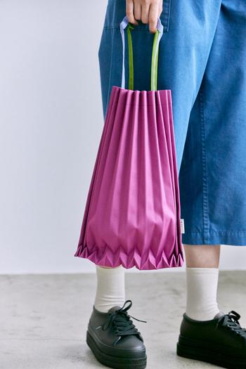 木の幹からインスパイアされたというブランド定番のトランクプリーツバッグから、持ち手の色を替えたカラフルな配色の登場。直線的なラインと持ち手がユニークなバッグは、中身を入れるとプリーツが広がり、さまざまな表情を見せてくれます。コーデがパッと華やぐスモーキーローズをはじめ全6色がラインナップ。