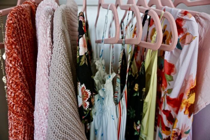 ワンピースとの違いにはっきりとした線引きはありませんが、サマードレスのほうがややフォーマルなイメージ。サマードレスには特別なお出かけやパーティーにも着ることができる、エレガントな大人の魅力が詰まっています。
