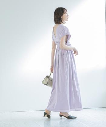 日本の伝統とパリの感性が融合した「MARIHA(マリハ)」のサマードレスは、トレンドに左右されないフェミニンなデザインが印象的。透明感のあるパープルは、エレガントにもアクティブにも着ることができます。
