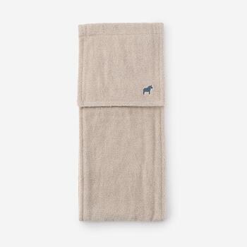 スウェーデンのシンボルでもあるダーラヘスト(木彫りの馬)の刺繍が入ったペーパーホルダーカバー。綿100%の無撚糸と普通糸の組み合わせで、ふんわりしたボリューム感とやさしい肌触りを実現。ナチュラルで素朴な世界観が素敵ですね。