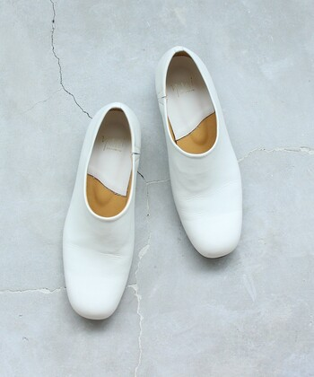 スリッポンタイプの革靴は履くのに時間がかからないだけでなく、足にピッタリとフィットするので履き心地がいいのも魅力。余分な装飾がないので見た目もすっきりとしていて様々なスタイルで活躍してくれます。