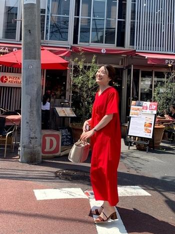 「サマードレス」で旅先や夏の日々に彩りをそえる。今着たい一枚をご紹介!