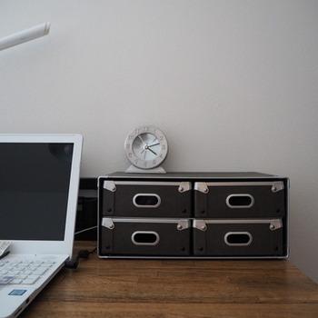 硬質パルプは、軽くて耐久性に優れているのが特徴です。色々なサイズの収納ボックスが揃っていますが、デスクの上で使うなら引出4個のボックスがおすすめ。よく使う文房具をこのボックス1つに収められます。