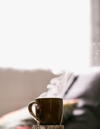 身体の冷えによって、ホルモンバランスや自律神経が乱れてしまうことも…。暑い季節でもなるべく温かい飲み物を飲み、冷えを感じるときには白湯を飲むなど、身体を温めてあげてください。
