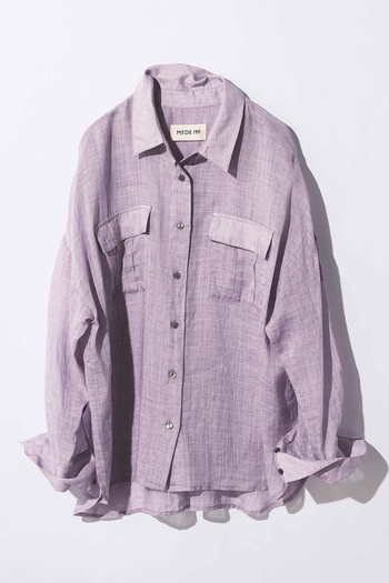 涼しげでナチュラルな、リネン100%で仕立てたシアーシャツ。深まる秋にあえての淡いラベンダーが新鮮で、周りと差をつけられます。広めにとった身幅に、ドロップショルダーのリラックスシルエットが今っぽい1枚です。