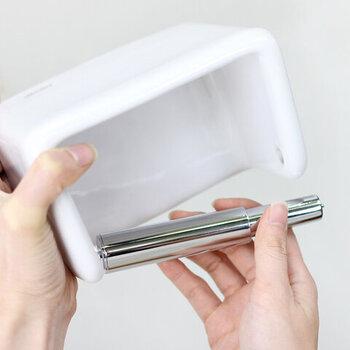 クールなシルバーの芯がシンプルでかっこいいですね。伸縮性があるのでトイレットペーパーの付け替えがしやすく機能的。