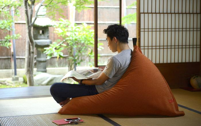 座椅子のような感覚で使えるビーズソファ「tetra(テトラ)」。ビーズソファと言えば「すぐへたってしまう」イメージがあるかもしれませんが、tetraの発泡ビーズはやや大きめで、発泡ポリエチレン・ポリスチレンという素材。へたりにくく、ビーズが入れ替えできる仕様です。長く使い続けられますよ。