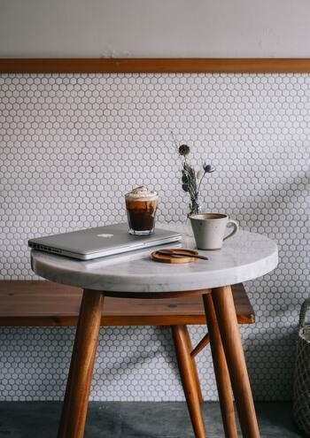 おうちカフェは、日当たりが良い場所やベランダなどに、いつもは別の場所で使っている小さなテーブルやいすを持ってきて作ることが出来るので、その時は少し邪魔になってしまっても直ぐに原状復帰できるのが魅力の一つ。うちはお部屋が狭いから無理...と諦める必要はありません。気分やお天気、時間帯によって場所を変えるのもおすすめです。