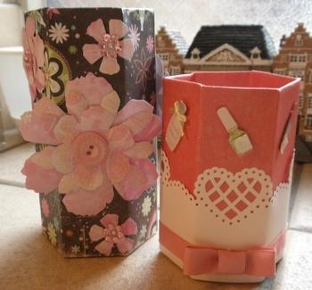 空き箱のまわりに厚紙を貼れば、簡単に『ペン立て』が完成!こちらは、お菓子の「コアラのマーチ」の箱を活用して作った作品です。六角形の筒になっているので、しっかり補強すれば、使いやすい入れ物になりますよ。  包装紙、折り紙、シールなど……子どもの自由な感性で装飾すれば、立派なプレゼントに♪