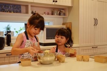 「敬老の日プレゼント=モノ」と考えがちですが、おじいちゃん・おばあちゃんにとって孫は、目に入れても痛くないような、愛おしい存在。  とくに立派なプレゼントアイテムを用意しなくても、孫の顔を見たり、声を聞いたりするだけでも嬉しいものですよ。  せっかく祖父母のお家へ行くなら、そこで料理を作ってふるまい、みんなで食事してはいかがでしょう。