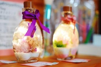 ガラスの小瓶に、色とりどりの花をオイル漬けにしてつくるハーバリウム。手軽におしゃれなインテリアアイテムがつくれるとあって、幅広い年代に人気です。  ハーバリウムは、材料も少なく、手順さえ守れば、小学生でも上手につくれるアイテム。どこで材料を買えばいいのか分からない方は、必要なアイテムが揃ったキットがおすすめですよ。