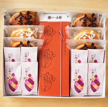 こちらも小豆を使用したおすすめの和菓子。錦糸町の和菓子司「白樺(Shirakaba)」の定番人気商品である「たらふく最中」と、どら焼き「錦どら」、スイートポテトのような「お芋さん」の詰め合わせです。  包装紙がおしゃれで、メッセージシールや熨斗の有無を選択可能。おしゃれな敬老の日プレゼントとしてぴったり。