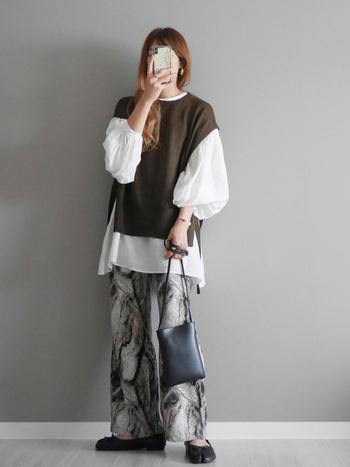 秋カラーでまとめて季節感たっぷりのレイヤードスタイル。ボリューミーな袖と柄パンツの個性的な雰囲気も、トーンを抑えていることで大人なコーデに仕上がっています。
