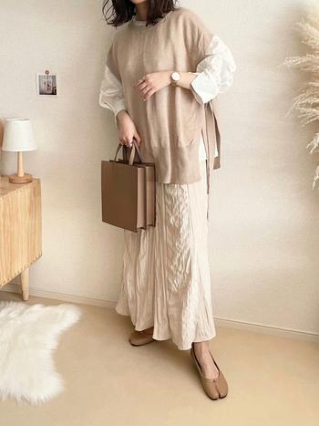 ナチュラルカラーでまとめたワントーンコーデ。スカートと合わせてエレガントなスタイルは、おでかけコーデとしてピッタリです。