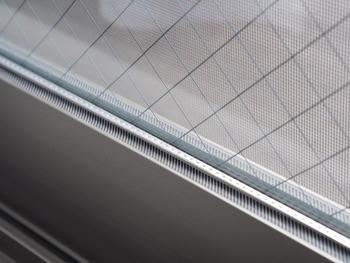 窓のサッシは汚れがこびりついて、綺麗にするのが大変ですよね…。そこで真似したいアイデアは、窓ガラスのパッキンにマステを貼っておくこと。表面がツルっとしているので掃除がしやすく、汚れがひどい時は貼り直せばOK。次から掃除の手間がグンと楽になります。  ▼詳しくは下記のブログを参考に!