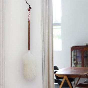 長い毛足のダスターは、ほこりをしっかり吸着してくれる優れもの。壁に掛けておく姿も可愛くてインテリアの一部のよう。いつでも手に取れて、楽しくお掃除がスタートできますね。
