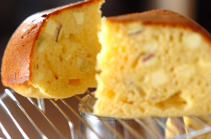 炊飯器で作れる、さつまいもがたっぷり入ったケーキです。材料を混ぜて炊飯器に入れたらスイッチを押すだけ!手軽に作れますよ。ホットケーキミックスに米粉を加えているため、もっちりと仕上がります。