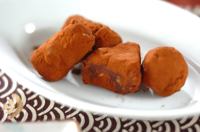 まるでトリュフのようなさつまいものスイーツ。潰したさつまいもにチョコレートとラム酒を混ぜて作ります。砂糖や生クリームも不要で、シンプルな材料で作れるレシピです。