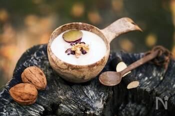 さつまいもの甘露煮で作るミルクのお汁粉です。甘露煮はお惣菜やレトルトパウチのものを使うので簡単にできます。スライス餅入りでお腹も満足。体もあたたまるので、朝食にもおすすめです。