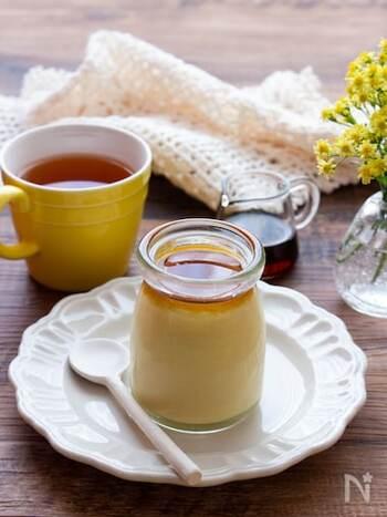 無調整豆乳と焼き芋を使ったプリンのレシピ。市販の焼き芋を使うので時短になっているのもポイントです。食べる直前にメープルシロップをかけるため、カラメルソース作りも不要ですよ♪