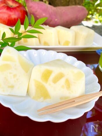 牛乳で作る芋ようかんのレシピです。製氷皿を使って固めるので、一口サイズのかわいい大きさに仕上がりますよ。りんごが入って食感も◎さつまいもを蒸して甘さを引き出すのがおいしく作るポイントです。