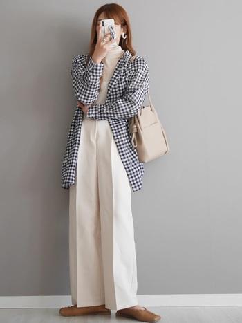 王道ギンガムチェックシャツは、さらりと羽織って程よくカジュアルダウン。さりげないかっこよさが魅力的なスタイルです。トップスとボトムスを白で揃え、小物をナチュラルカラーにすることで清潔感あふれる大人の着こなしに。