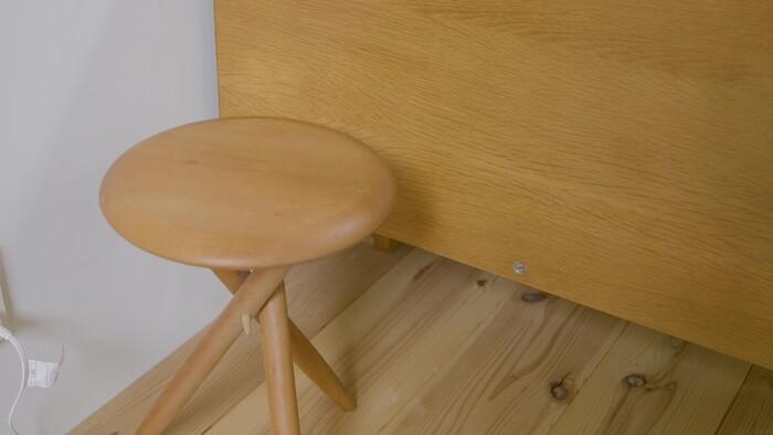 家具、道具、小物など、経年変化を楽しめる素材を選ぶようにしているという浅川さん。実際に部屋に入ってみると、木の素材がさまざまなものに用いられていました。テーブルはイロコ、スツールはアメリカンブラックチェリー、照明はブナ。無垢の素材は、時間が経つほどに味わい深くなるのだそう。
